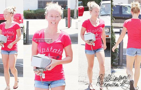 ". _____ CANDID ||__________ Kendra a était vu, sortant du restaurant ""Casa Vega"" dans Hollywood, ce 30 aout. ."
