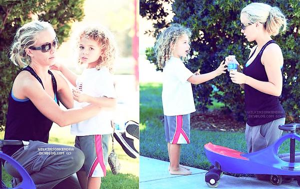 . __ CANDID  ||_ Le 30 septembre Kendra et Lil Hank on profitait d'un moment ensemble, au parc.  .