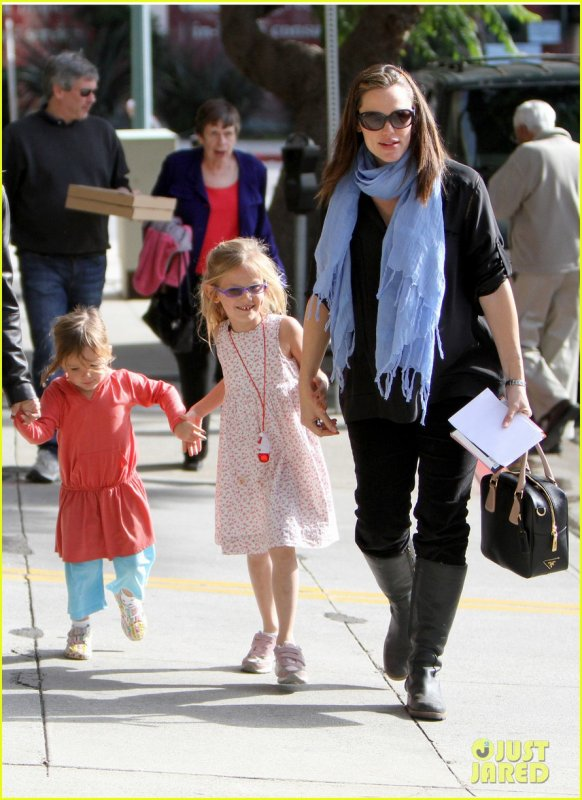 Jennifer Garner helps her precious little girl Seraphina climb across the monkey bars at a local park on Sunday (December 4) in Brentwood, Calif