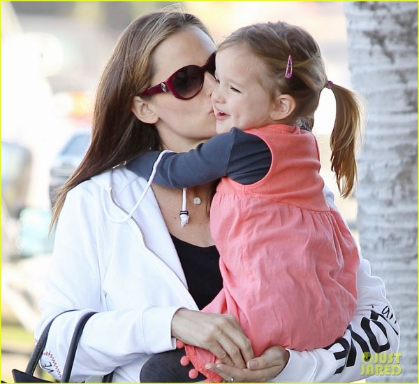 Jennifer Garner gives her adorable daughter Seraphina a sweet kiss as they leave a nail salon on Friday (December 30) in Pacific Palisades, Calif
