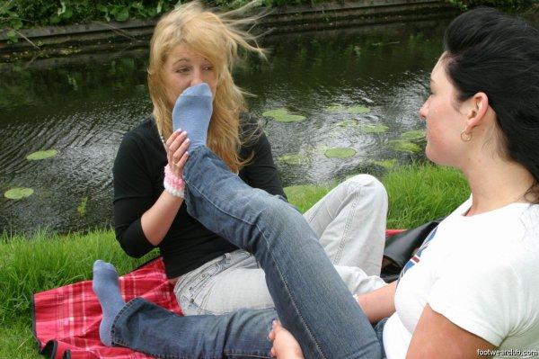 deux amies dans un parc