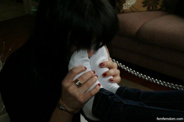 esclave reniflant les chaussettes