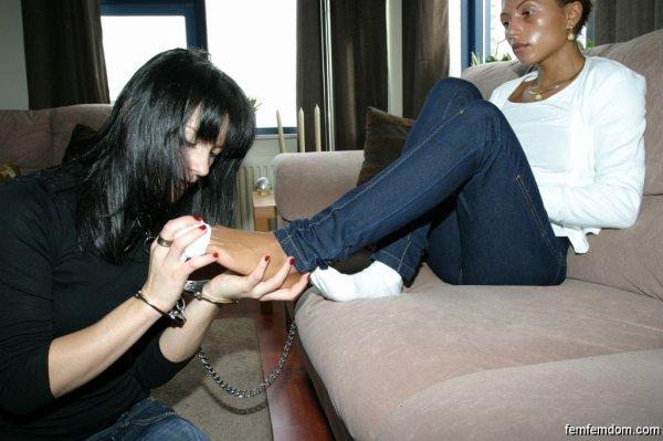 esclave reniflant les chaussettes et les pieds ( part 2 )