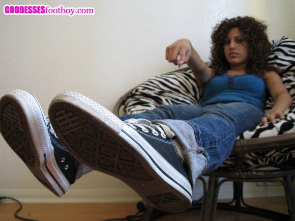 une fille qui veut que l'on sente ces chaussettes