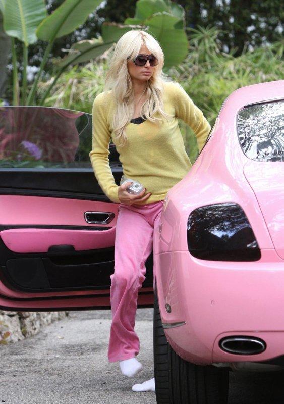 Paris Hilton en chaussettes