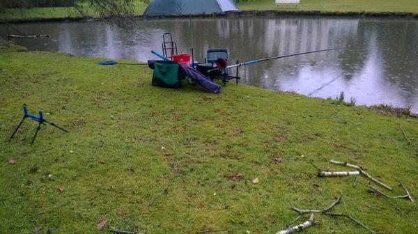 Pêche en rivière sous la pluie