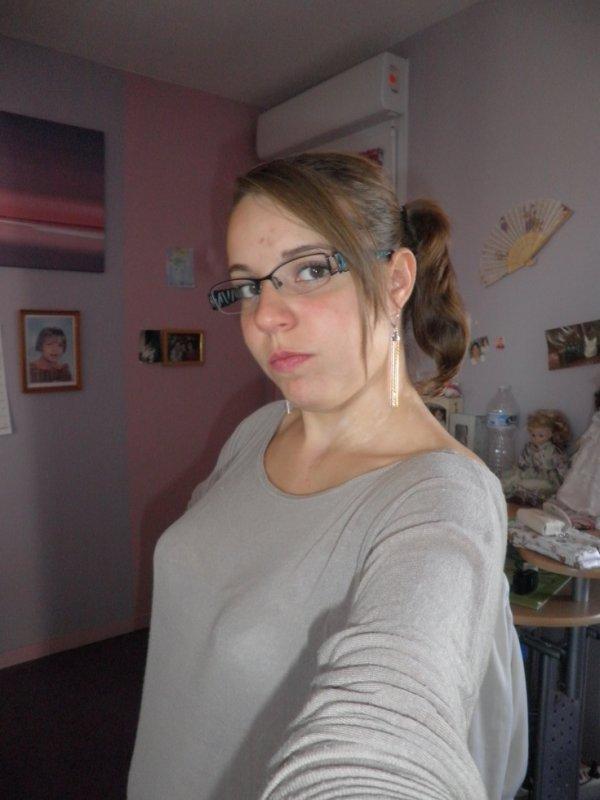 moi les cheveux attachées :p