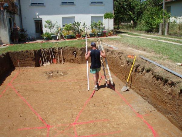 Après le traçage du fond, le pelliste va creuser la mini fosse
