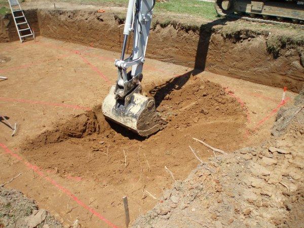 il creuse délicatement la mini fosse au cm près  ou presque!!!!