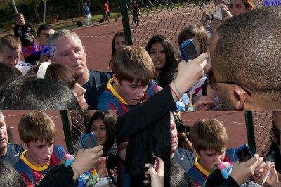 Encore des belles photos de Justin jouant au foot à Madrid [ ROMANE ]