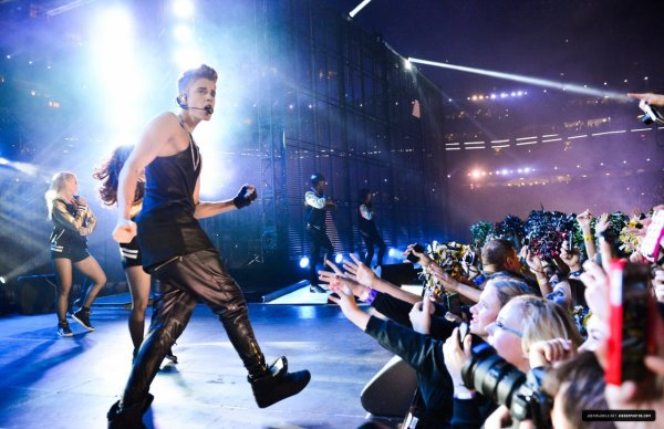 Justin Bieber performing Boyfriend / Beauty and a Beat at SiriusXM 100th...