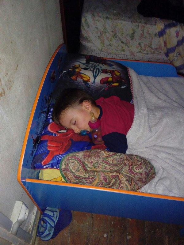Mon fils avec son nouveau lit