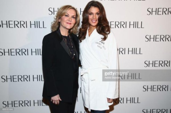 Iris défile pour Sherri Hill