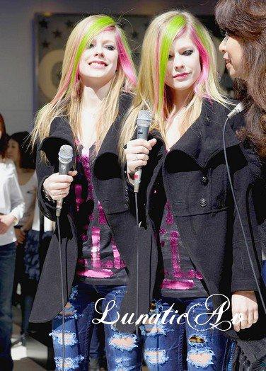 Avril a participé à l'ouverture d'un magasin à Tokyo du fait qu'elle s'est associée à une de leurs marques.