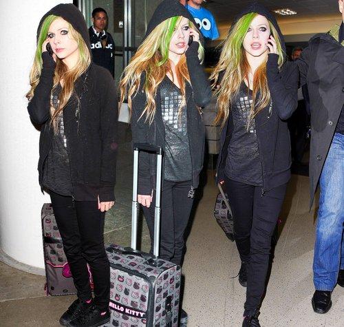 Avril à l'aéroport de Los Angeles avec de nouvelles mèches vertes !