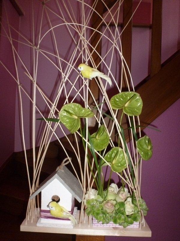 Une composition de saison avec comme thème le nichoir et l oiseau agrémentée de roses hortensias et anthuriums