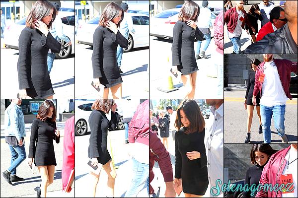 04 Novembre 2017 : Selena a été vue alors qu'elle arrivait à la « Hillsong Church » dans Los Angeles.