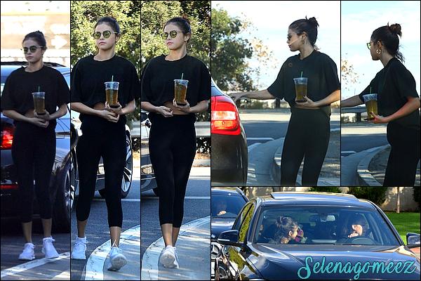 05 novembre 2017 : Selena Gomez a été photographiée dans les rues de Los Angeles.