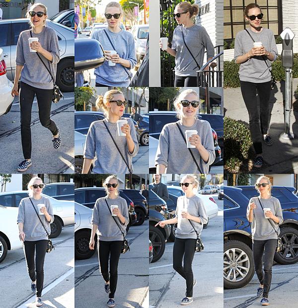 23 Décembre 2015 :  C'est une Amanda toute souriante qui a été vue allant se chercher un café !.
