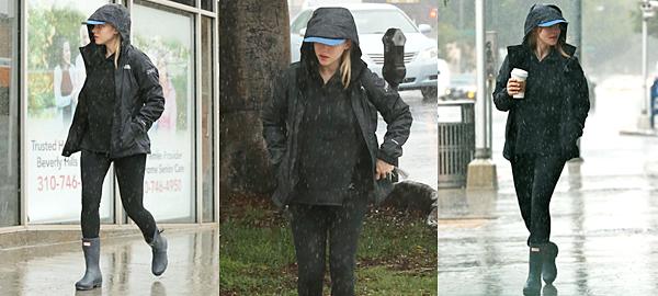 Le 20 Janvier 2017 • Amanda a été aperçue sous la pluie, un café à la main.