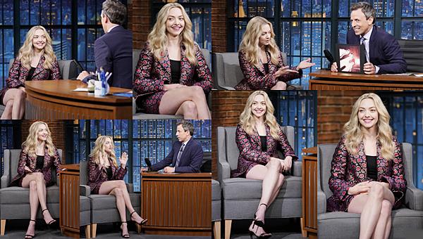 Le 19 Juillet 2018 : • Amanda était l'invitée de Seth Meyers au Late Night à New York. Elle portait un ensemble signé Wolk Morais.