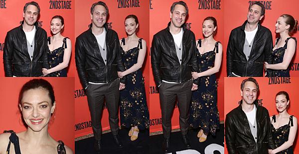Le 6 Mai 2019 : •Amanda Seyfried et son mari, Thomas Sadoski, se sont rendus au gala du 40ème anniversaire du théâtre Second Stage. L'événement s'est déroulé à la salle de bal Hammerstein à New York. L'actrice portait une robe longue noir à fleurs.
