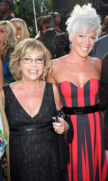 * * Judy Moore, la maman de P!nk, est en 9ième positiondu top 25 des mamans de pop stars les plus sexy.  ^^* *