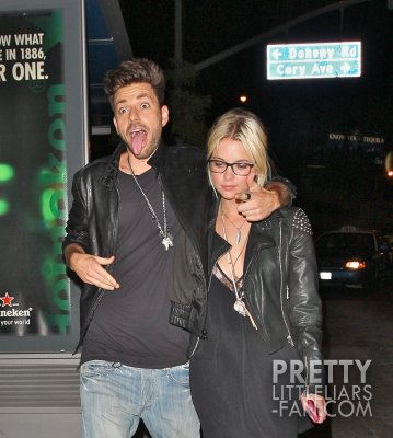 Ashley Benson quittant le club Bootsy Bellows en compagnie de son boyfriend
