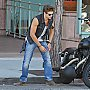 Keegan Allen garant sa moto à Beverly Hills
