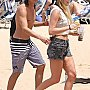Tyler Blackburn sur une plage d'Hawaii
