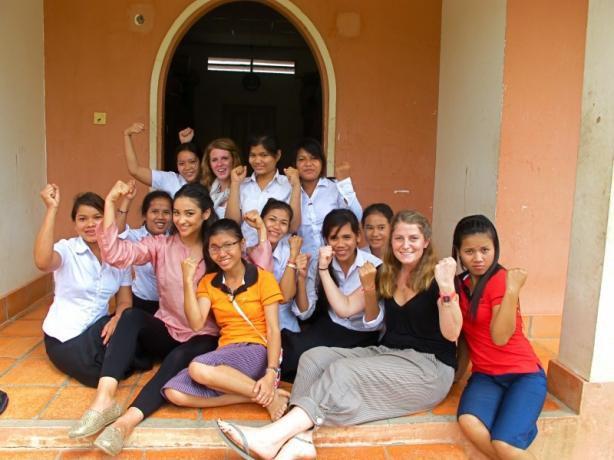 Shay Mitchell s'engage pour la bonne cause: elle vient en aide aux enfants et aux femmes en détresse !