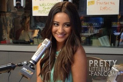 "Shay Mitchell à l'émission ""On Air with Ryan Seacrest"""