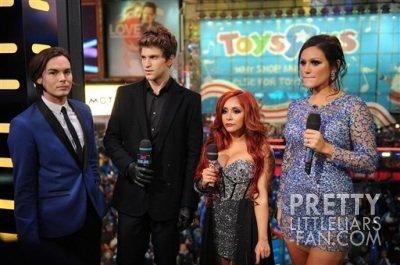 Tyler Blackburn et Keegan Allen dans une émission sur MTV pour fêter le Nouvel An