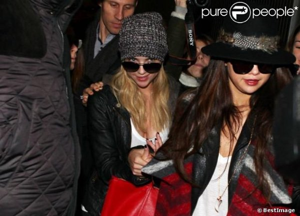 Ashley Benson et Selena Gomez à l'aéroport de Roissy Charles-de-Gaulle