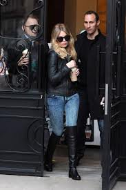 Ashley sortant d'un café Starbucks !