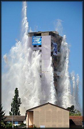 Une tour qui tombe
