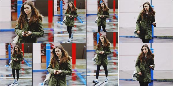 - -• 05/02/19-' : Lily Collins a été photographiée sous la pluie de West Hollywood alors qu'elle allait faire quelques achats.    Petite virée à l'épicerie après une séance de sport pour la brunette. Côté tenue, elle avait agrémenté sa tenue de sport par sa fameuse veste kaki - avis ?  -