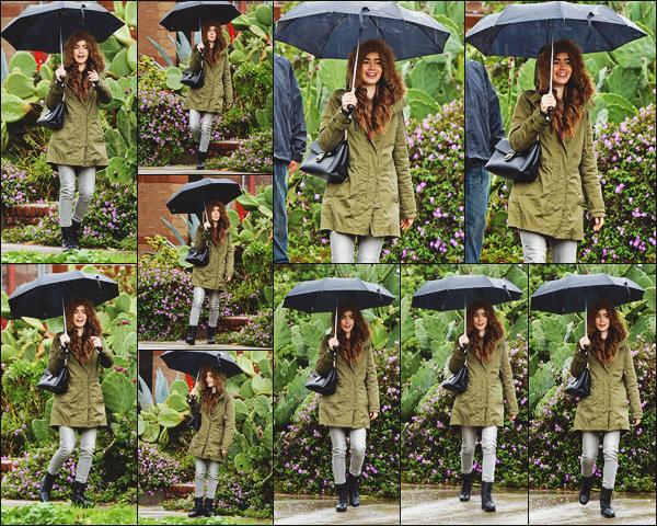 - -• 31/01/19-' : Notre belle actrice Lily a été photographiée en sortant d'un studio sous la pluie de la ville de Los Angeles.    J'adore ce candid ! Lily a ressorti son manteau kaki pour l'occasion, elle s'abritait de la pluie. Pour moi, c'est un beau top pour Lily. Qu'en pensez-vous ??  -