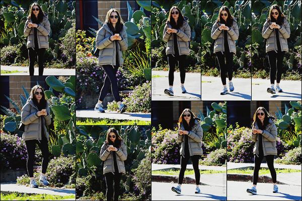 - -• 10/01/19-' : Lily J. Collins a été photographiée dans la ville de Los Angeles alors qu'elle sortait de sa routine sportive.    Cachée derrière ses lunettes de soleil, Lily portait une tenue assez simple puisqu'elle sortait en effet de son sport ! Mais c'est tout de même un petit top.  -