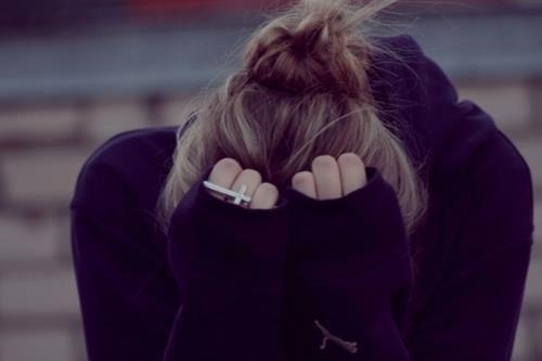 « Les souvenirs c'est bien joli, mais on ne peut ni les toucher, ni les sentir, ni les serrer contre soi. Ils ne collent jamais complètement au moment présent et s'effacent avec le temps, alors je t'en supplies ne me laisse pas ..» ♥