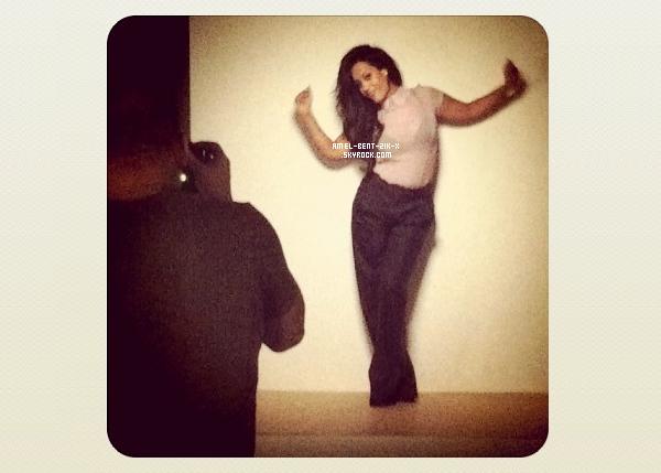 20-09-2011 SESSION PHOTO POUR LE NOUVEL ALBUM Aujourd'hui Amel sous les spots !!! c'est session photo pour la pochette de l'album…Petite pause avant les poses devant l'objectif….