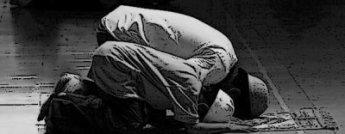 """La chahâda est la première porte d'entrée dans l'Islam .Elle consiste d'une part, à confesser qu' il n'y a qu'une seule divinité, sans aucun associé : Allah; et d'autre part à reconnaitre que Muhammad est Son Envoyé.La prière vient immédiatemment après les deux témoignages. Elle est donc, pour le musulman, le pilier principal à pratiquer.      Dans un hadîth rapporté par 'Ubadah Ibn As-Samit: """" N'associez rien à Allah et n'abandonnez pas la salât délibérément. Celui qui l'abandonne intentionnellement s'exclut de la religion """".                         Pourquoi ne fais-tu pas la prière ?"""