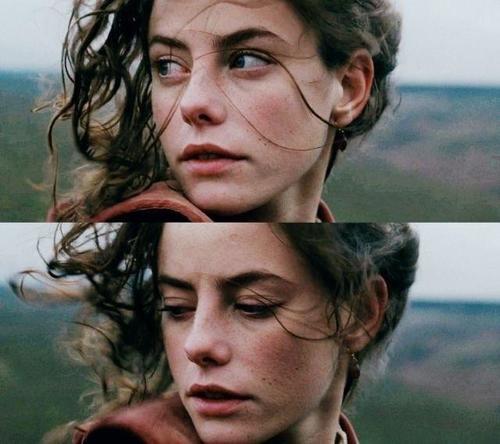 je pleurais en silence, des larmes au goût d''enfance, des larmes privées d'adieux, je me tournais et me retournais, incapable de trouver le sommeil.