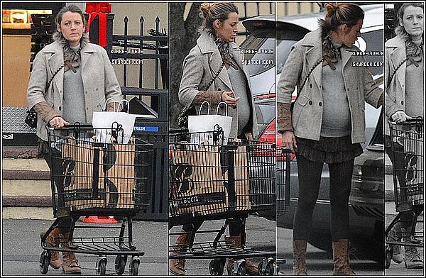 - 01/12/14: Après une longue absence, Blake avec une mine fatiguée a était aperçue faisant quelques courses à NY  -