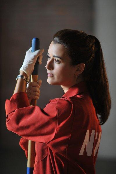 Ziva dans la tenue NCIS rouge d'Abby