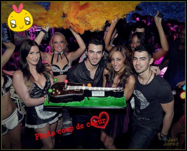 *Samedi Soir* Kevin célébre son anniversaire en compagnie de Danielle et Joe à Las Vegas :)