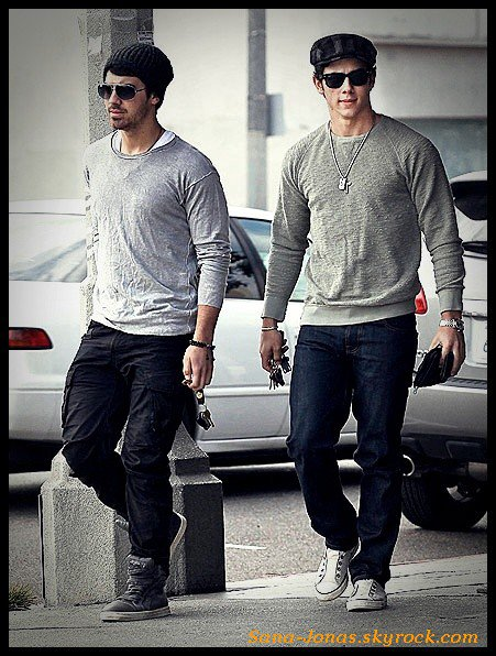 *15/12* Joe & Nick vont déjeuner au Kings Road Cafe à Los Angeles , Californie :)