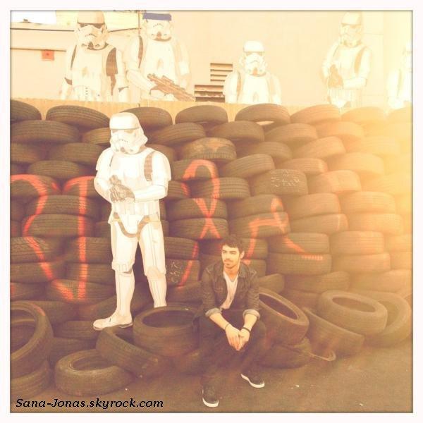 *29/12* Joe est de retour à Los Angeles il a été à une exposition de Mr Brainwash dont il est fan :)