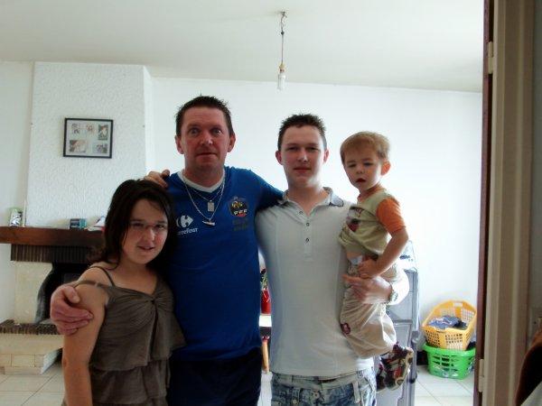 je présente mon amis et sa tite famille