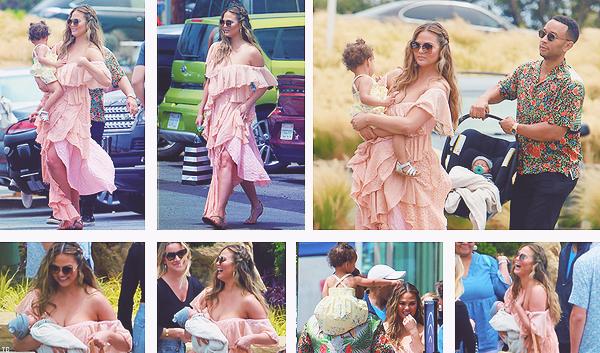 •••  CANDIDS Chrissy et sa petite famille se baladant dans Malibu pour déjeuner avec des amis, le 02 juillet 2018           Je suis littéralement amoureuse des photos ! C. à de plus poster des photos et vidéo insta en lien avec sa collab BECCAxCHRISSY